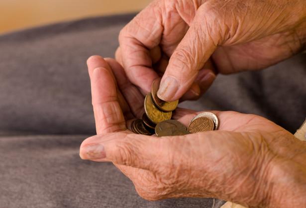 Jak dowiedział się DGP, rząd rozważa dwie opcje powiązania nowego kryterium ze stażem. Pierwsza przewiduje, żeby minimalny pułap składki stał się drugim obok stażu warunkiem przyznawania emerytury minimalnej