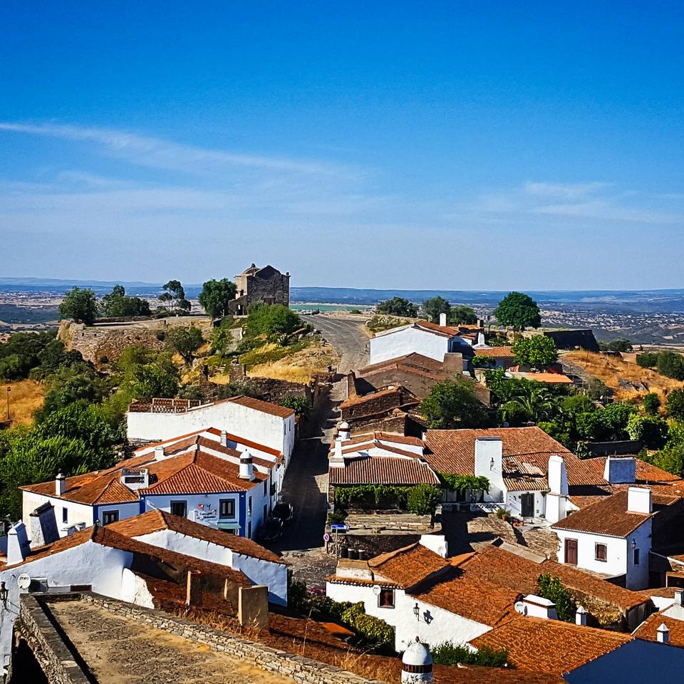 Monsaraz - piękne białe miasteczko wciśnięte między mury obronne na wysokim wzgórzu.