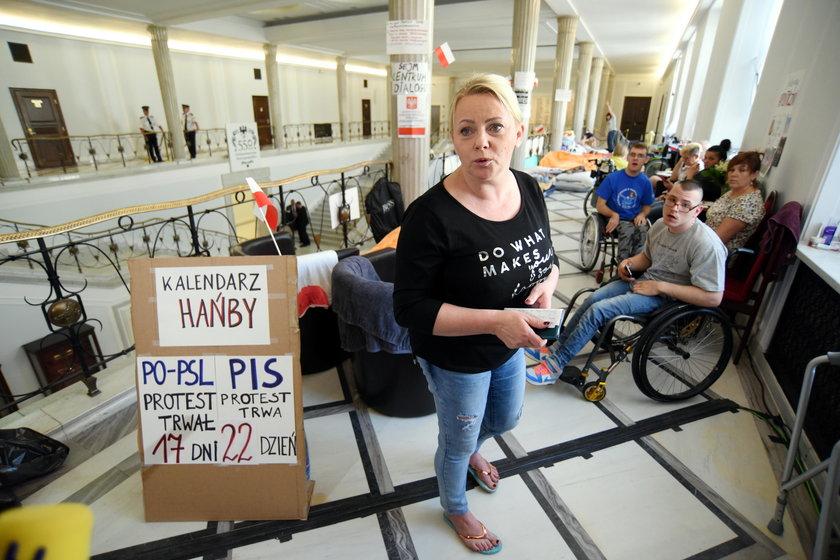 Iwona Hartwich podczas protestu niepełnosprawnych w Sejmie w 2018 r.