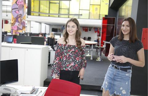 """Džejla Ramović posetila redakciju """"Blica"""", pa otkrila kako se nosi sa kritikama! VIDEO"""
