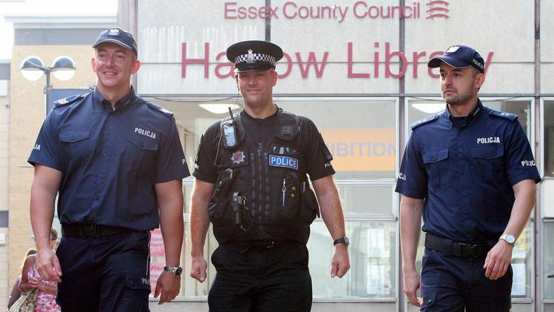 Polscy policjanci z Komendy Głównej Policji sierż. szt. Dariusz Tybura (L) i podkom. Bartosz Czernicki (P) wraz z brytyjskim policjantem patrolują ulice w Harlow