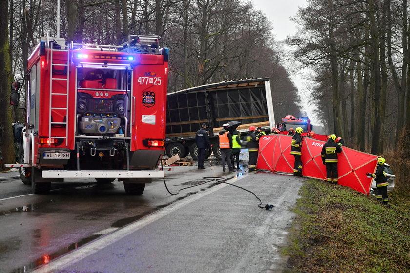 Tragiczny wypadek na DW 631 pod Nieporętem. Nie żyje jedna osoba