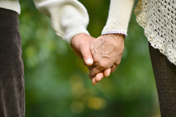 Żyjemy dłużej Już w ubiegłym stuleciu zaobserwowano istotny postęp w wydłużaniu się przeciętnego trwania życia we wszystkich województwach. Ta korzystna tendencja utrzymuje się nadal. Począwszy od lat 50., podczas gdy przeciętna długość trwania życia mężczyzn wynosiła nieco ponad 56 lat i kobiet prawie 62 lata, przez kolejne dekady (wówczas długość życia wzrosła o 3 lata), po lata 90. życie Polaków wydłużyło się. Mężczyźni żyją dłużej o 17 lat, a kobiety o ponad 19.