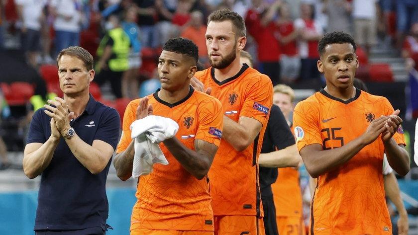 Holenderscy piłkarze opuszczali boisko w Bukareszcie zszokowani.