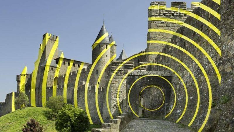 Instalacja artystyczna na twierdzy Carcassonne autorstwa Felice'a Variniego