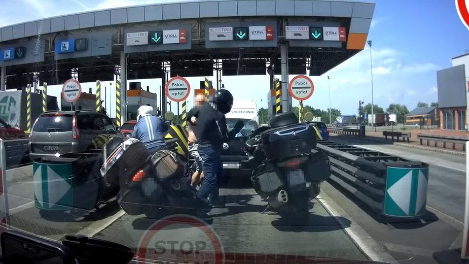 Bójka przed bramkami na autostradzie A4 [NAGRANIE]