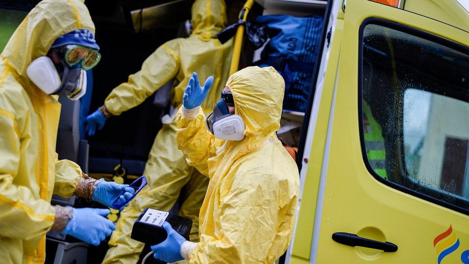 Koronawirus. Hiszpania: dezynfekcja karetki, którą przewożeni są zakażeni