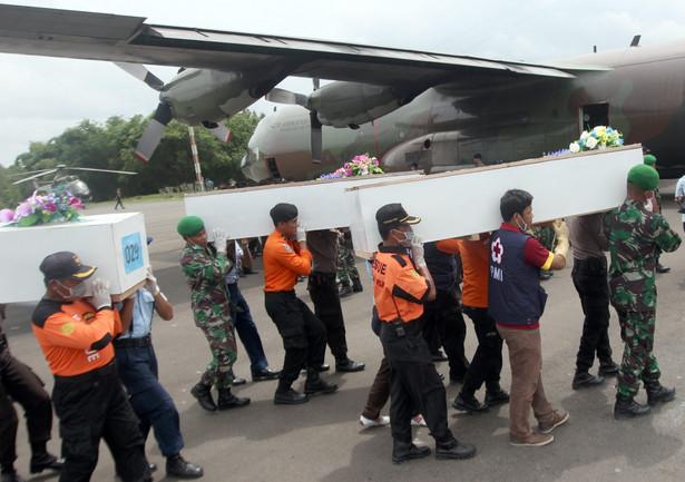Trumny z ciałami ofiar samolotu AirAsia