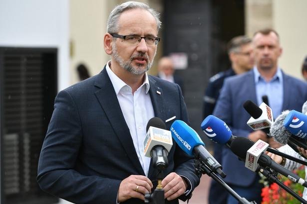 Minister zdrowia Adam Niedzielski podczas konferencji prasowej na Rynku Solnym w Zamościu