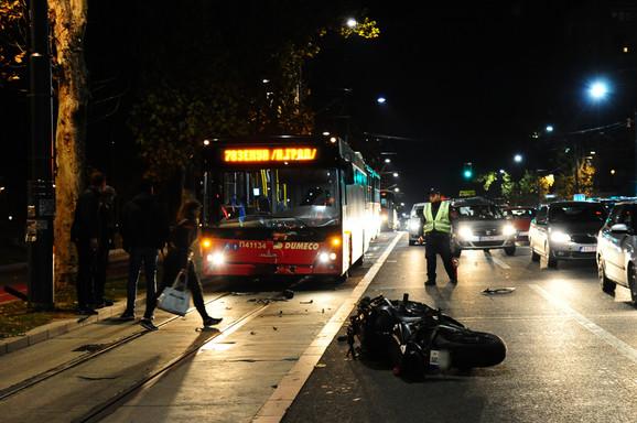 Motor je, nakon pada, udario u autobus