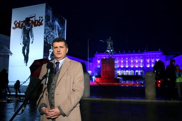 Janusz Palikot podczas konferencji przed Pałacem Prezydenckim w Warszawie