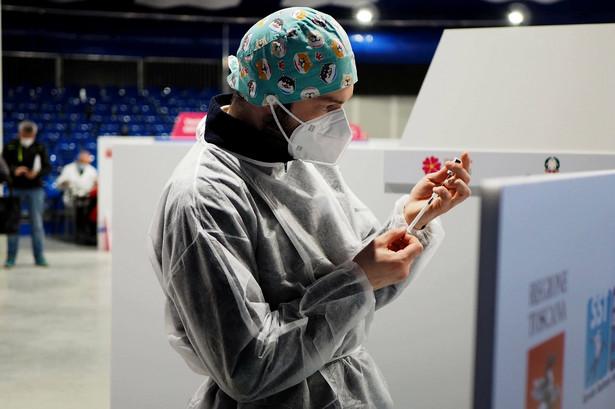 W Wielkiej Brytanii do 15 kwietnia udało się wyszczepić ponad 90 proc. osób po 50. roku życia i z grup priorytetowych, w tym ze schorzeniami współistniejącymi.