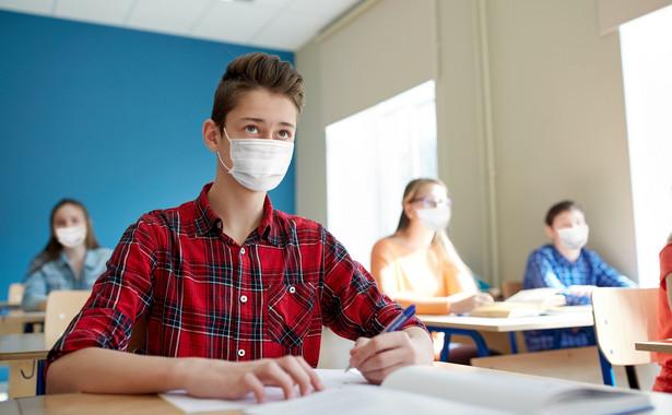 Uczniowie w maseczkach, szkoła w czasie epidemii Covid-19