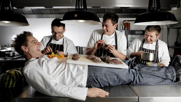 Wojciech Modest Amaro (leży na stole) ze swoimi kucharzami