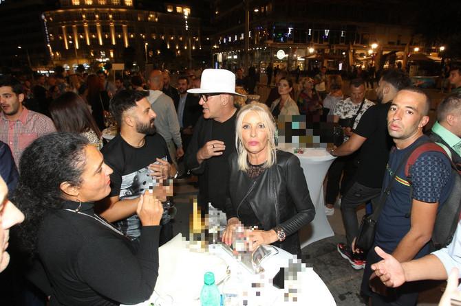 Cakana i dizajner Bata Spasojević (levo) na koktelu posle proglašenja najlepše Beograđanke : za stolom iza njih je članica žirija Adriana Čortan