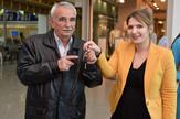 Orbit nagradna igra - Katarina Lero urucuje kljuceve automobila Miodragu Kosticu