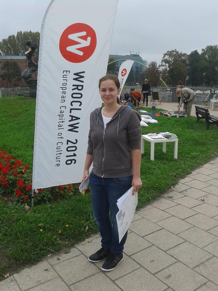 Wolontariuszka z czytelni plenerowej na Moście Uniwersyteckim we Wrocławiu