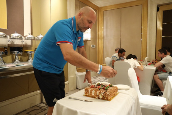 Aleksandar Đorđević seče rođendansku poklon-tortu u Kini