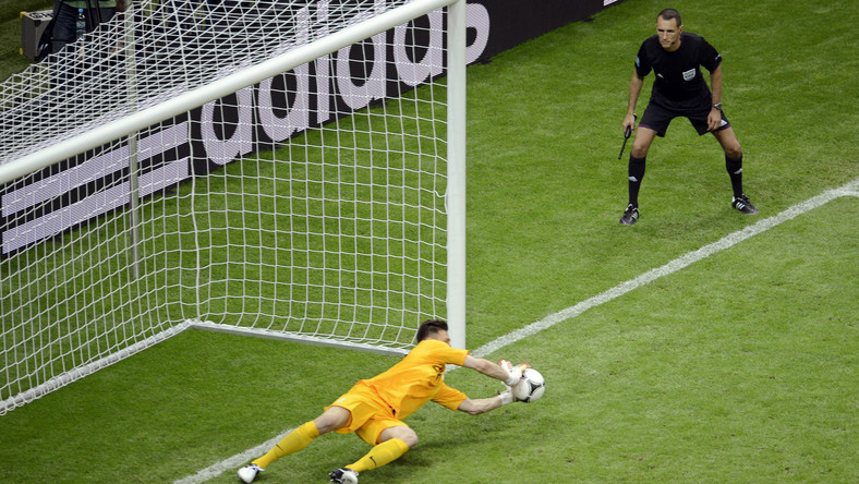 Polak broni rzut karny w meczu z Grecją