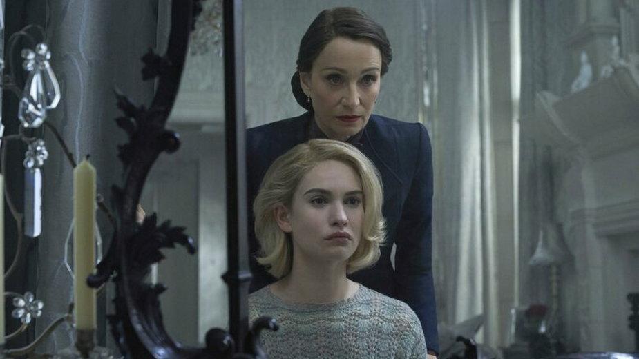 """Kristin Scott Thomas jako pani Danvers oraz Lily James jako nowa pani de Winter w filmie """"Rebeka"""" (2020)"""