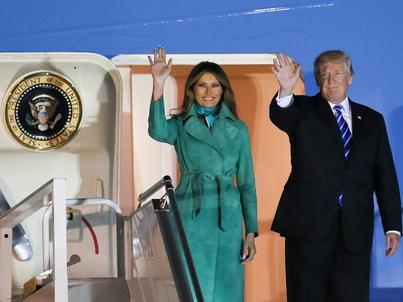 Melania i Donald Trumpowie w drzwiach Air Force One po wylądowaniu na Lotnisku Chopina w Warszawie