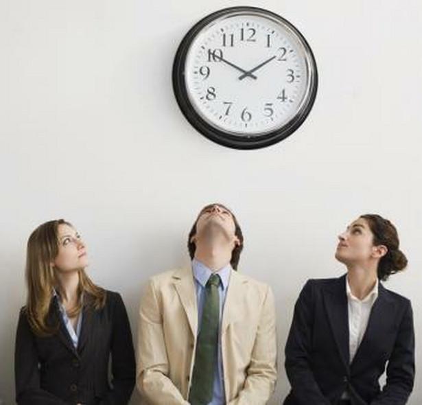 Sposób, w jaki pracownik odpracowuje spóźnienie, musi zostać określony w przepisach wewnątrzzakładowych firmy.