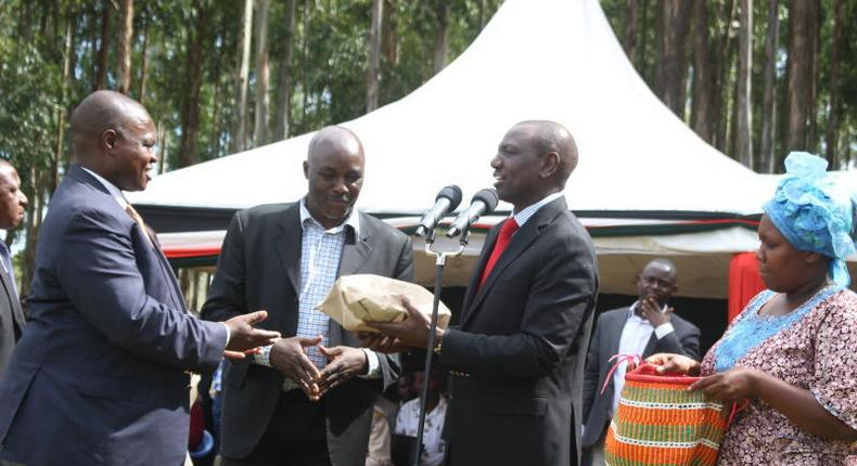 File image of DP Ruto presenting money at a past fundraiser in Kisii