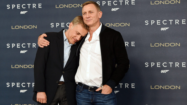 """Obraz Sama Mendesa to nie tylko najdłuższy """"Bond"""" w historii (148 minut), ale też najbardziej spektakularny i stylowy, bo mnóstwo w nim nawiązań do bondowskich produkcji z lat 60., szczególnie tych z Seanem Connerym. Czysta rozrywka w najlepszym stylu. –""""Spectre"""" wydaje się być nawet bardziej utrzymane w duchu klasycznych Bondów niż poprzednie pozycje Craiga –można przeczytać w """"The Standard"""". –Mamy tu alpejską scenę pościgu, powrót przysadzistego pomocnika głównego arcyłotra (Dave Bautista jako cichy, lecz śmiertelnie niebezpieczny Mr Hinx) oraz tytułową agencję, nikczemny relikt z przeszłości serii, w który tchnięto nowe życie."""