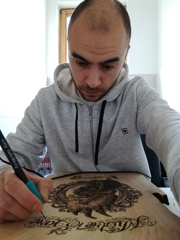Pirografija je slikanje užarenom olovkom, predmetom sličnom lemilici, po drvetu i drugim materijalima