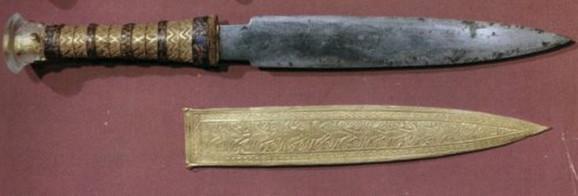 Tutankamonov bodež, kao i drugi gvozdeni artefakti iz bronzanog doba, napravljen je od gvožđa iz meteorita