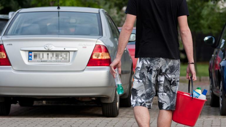 Czym nie myć auta? Oto preparaty, którymi zniszczysz lakier