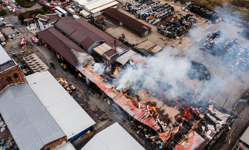 Pożar w Dąbrowie Górniczej przy ul. Chemicznej. Płonęły chemikalia i palety w zakładzie.
