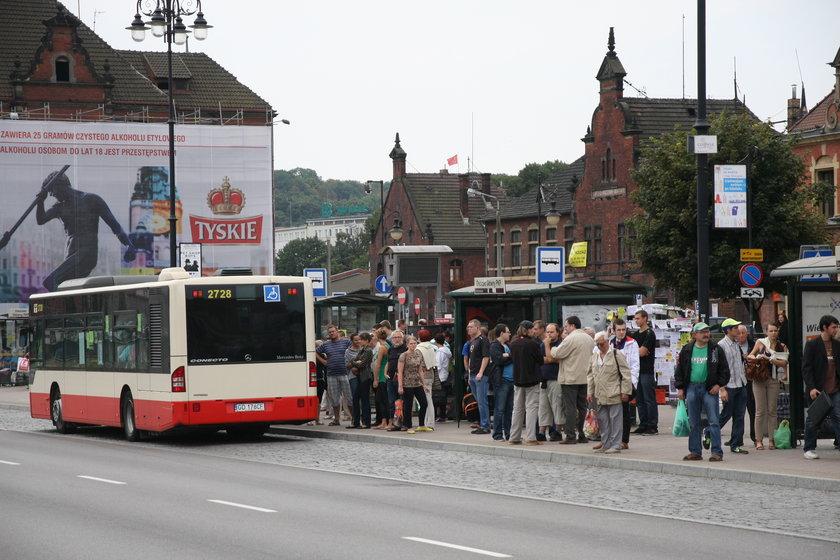 Autobus na przystanku przy dworcu