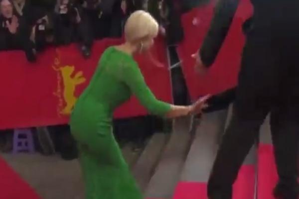 Glumica pala na crvenom tepihu! (VIDEO)