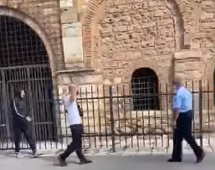 Huligani ispred crkve u Prizrenu