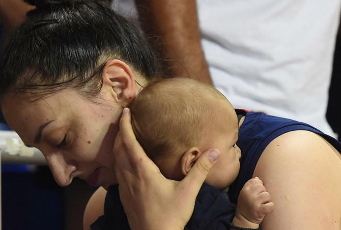 Jelena Milovanović Bruks i njen sinčić Mateo posle meča Srbija- Belgija