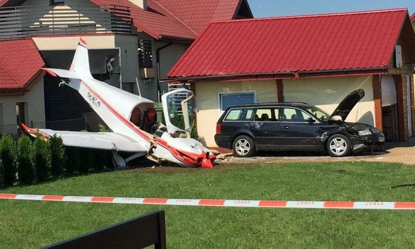 Awaryjne lądowanie samolotu w Krośnie. Maszyna runęła na prywatną posesję