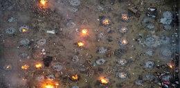 Przerażające zdjęcia z Indii. Tak, te ogniska to są... stosy z ludzkimi ciałami