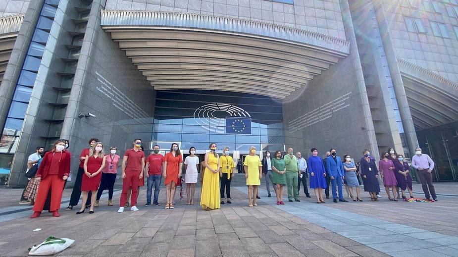 Członkowie ugrupowania S&D ubrani w tęczę