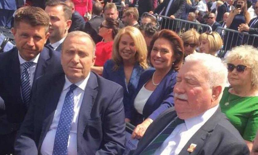 Schetyna oszukał organizatorów, by usiąść obok Wałęsy!