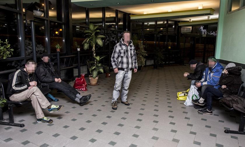 Poczekalnię dworca autobusowego w Łodzi opanowali kloszardzi