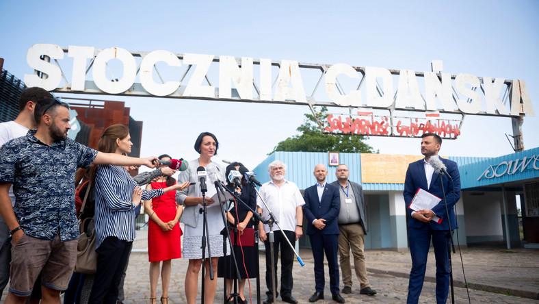 Briefing prasowy przed Bramą nr 2 Stoczni Gdańskiej
