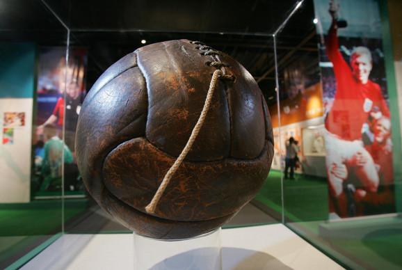 Jedna od dve lopte kojima je odigrano finale prvog prvenstva sveta