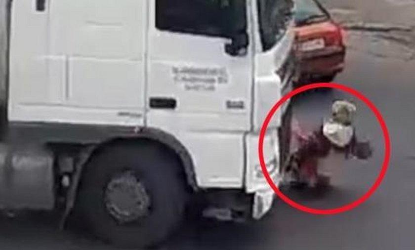 Pajęczno. Kobieta szła przez środek skrzyżowania. Potrącił ją tir