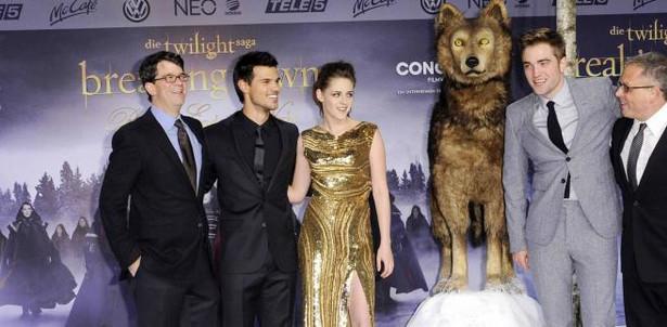 """W tym roku aż siedem Złotych Malin zebrał film """"Saga """"Zmierzch"""": Przed świtem. Część II""""Premiera II części Zmierzchu. Od lewej producent Wyck Godfrey, następnie aktorzy: Taylor Lautner, Kristen Stewart, Robert Pattinson i reżyser Bill Condon."""