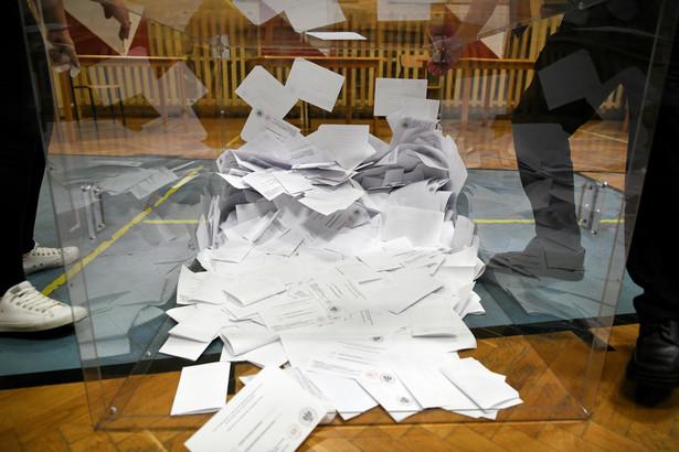 Przemyśl, 12.07.2020. Wybory prezydenckie 2020 - II tura. Liczenie głosów w lokalu Obwodowej Komisji Wyborczej nr 18 w Przemyślu, 12 bm. Zakończyło się głosowanie w II turze wyborów prezydenckich. (sko) PAP/Darek Delmanowicz
