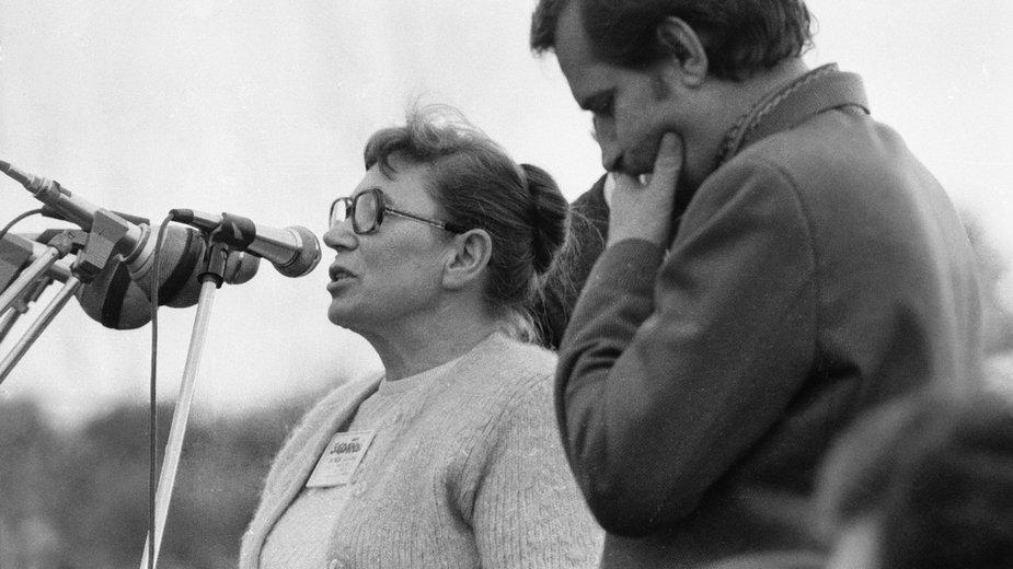 Kraków, 18.10.1980 r. Przemawia Anna Walentynowicz, obok Lech Wałęsa