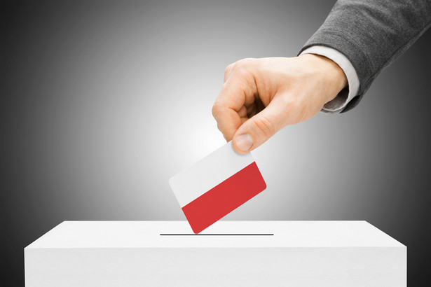 W lokalu wyborczym otrzymamy cztery lub trzy karty. Na każdej z kart do głosowania można postawić tylko jeden znak X przy jednym nazwisku.