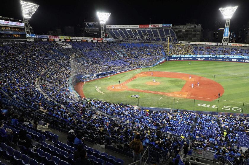 Japończycy – w ramach testów – wypełnili kibicami stadion w 80 procentach, podczas ligowego meczu baseballa, ale wtedy skala zakażeń w kraju była znacznie mniejsza
