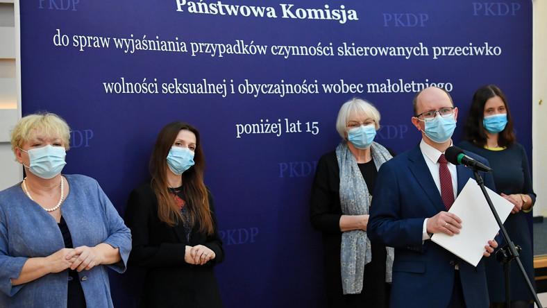 Przewodniczący Państwowej Komisji ds. Pedofilii Błażej Kmieciak (2P) oraz jej członkinie: Hanna Elżanowska (P), Justyna Kotowska (2L) i Agnieszka Rękas (L)